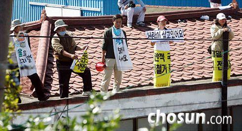 13일 오전 국방부의 용역 작업자들이 대추리의 빈집을 철거하고 있다. 남아있는 주민과 시민단체 회원들이 지붕에 올라가 쇠사슬로 몸을 묶고 저항하기도 했다. /채승우 기자