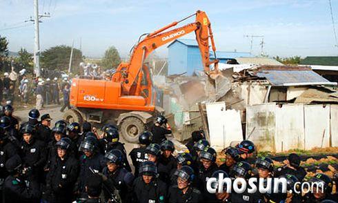 13일 오전 경찰 병력의 경계 속에 경기도 평택 미군기지 예정지 빈집 철거가 중장비 등이 동원된 가운데 실시되고 있다. /채승우 기자
